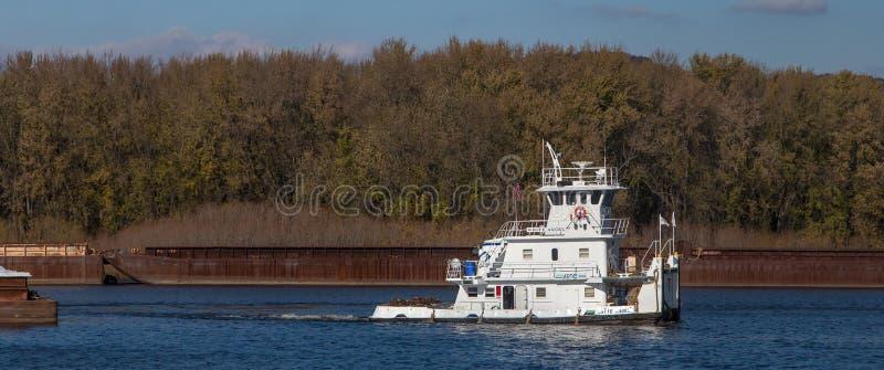 Panoramablick von Fluss Mississipi Tug Boat und von Lastkähnen lizenzfreies stockfoto