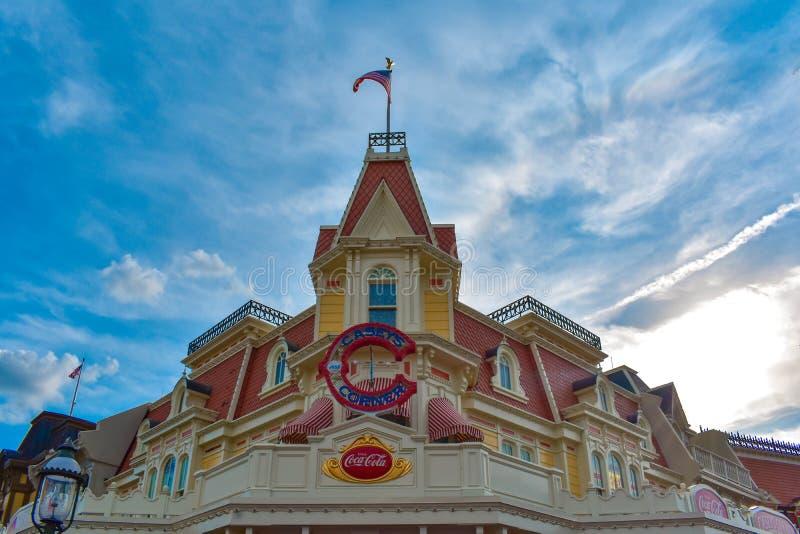 Panoramablick von Frontierland und Aschenputtels von Schloss im magischen Königreich bei Walt Disney World 3 stockbild
