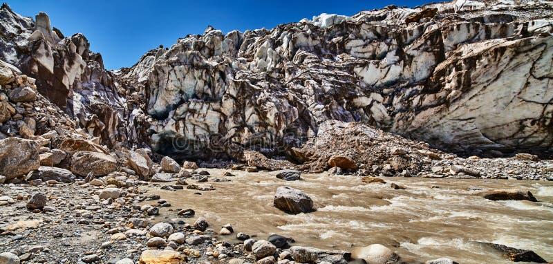 Panoramablick von Gaumukh-Gletscher lizenzfreie stockfotografie