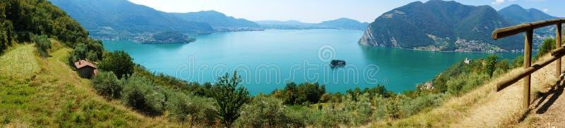 Panoramablick von Gebirgssee mit Insel in der Mitte Panorama von Monte Isola Island mit See Iseo, Italien stockbild