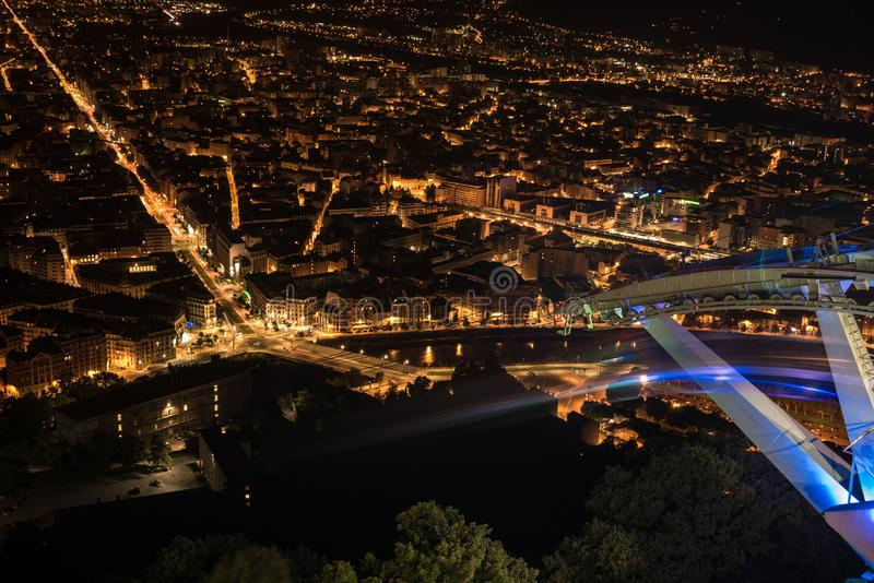 Panoramablick von Grenoble-Stadt belichtet an der Nacht und an den Schatten der Drahtseilbahnkabine stockfotos