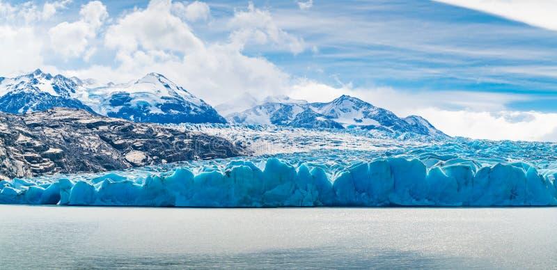 Panoramablick von Grey Glacier und von Grey Lake an Nationalpark Torres Del Paine im südlichen chilenischen Patagonia stockbilder