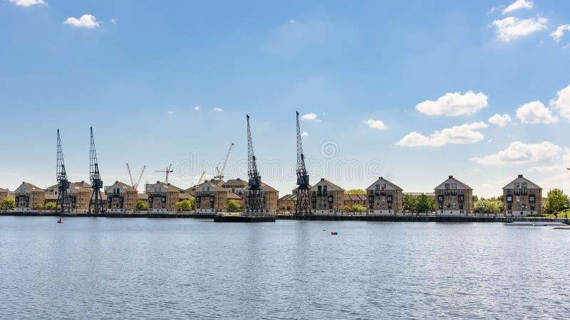 Panoramablick von Häusern bei königlicher Victoria Dock in London lizenzfreies stockbild