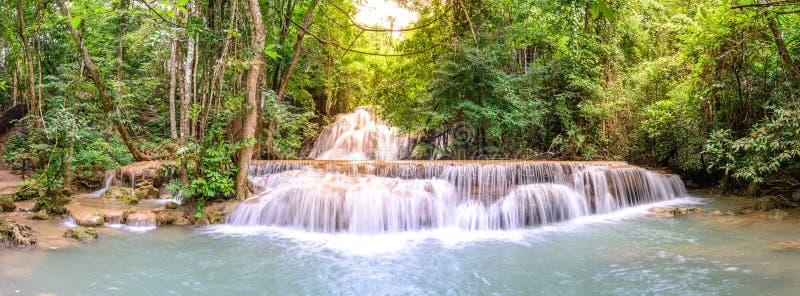 Panoramablick von Huay Mae Kamin Waterfall in Kanchanaburi, Thailand lizenzfreie stockfotos