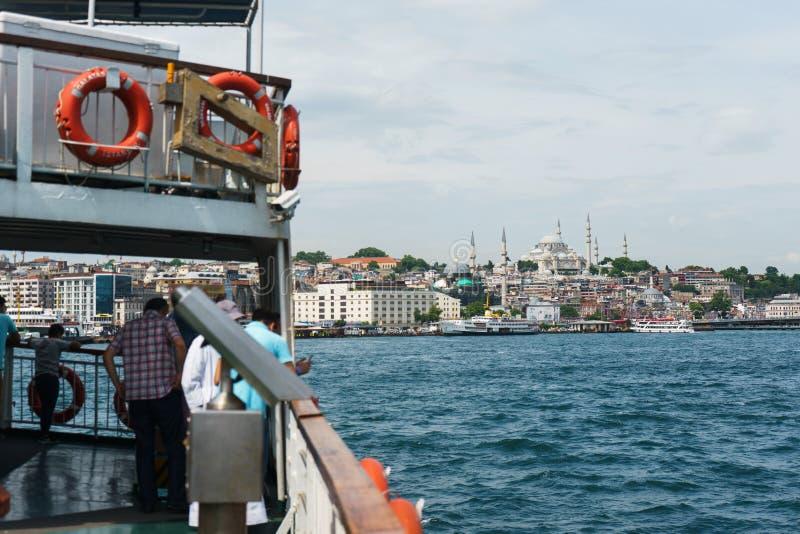 Panoramablick von Istanbul von der Bosphorus-Straße stockfotos