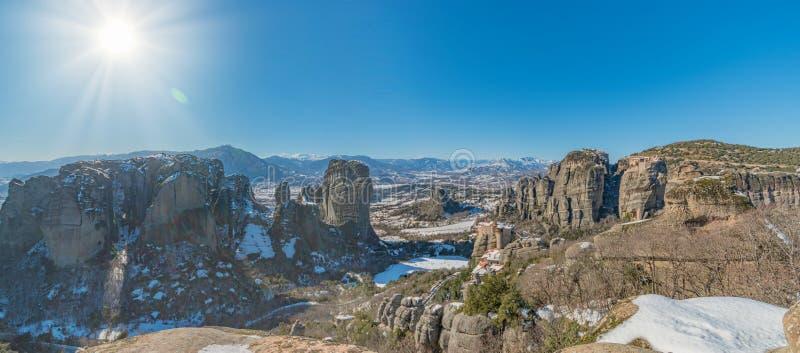 Panoramablick von Klöstern und von Rockbildungen in Meteora in der Winterzeit, Griechenland lizenzfreie stockbilder