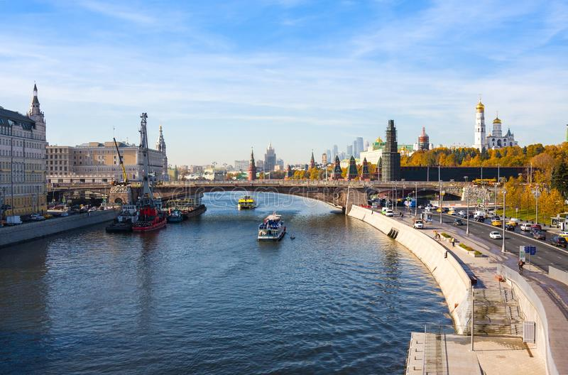 Panoramablick von Kreml- und Moskau-Fluss im Herbst lizenzfreie stockbilder