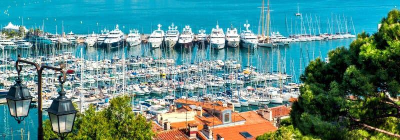Panoramablick von Le Suquet- die alte Stadt, Port Le Vieux und das La Croisette von Cannes, Frankreich stockbilder