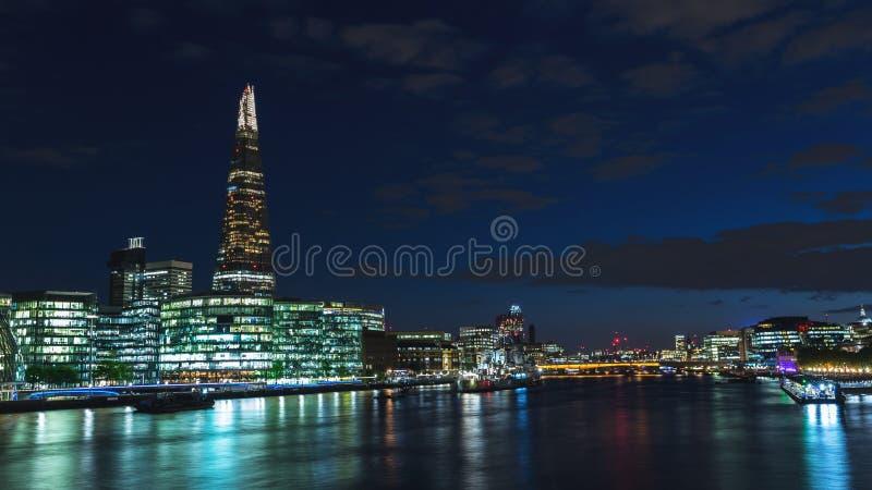 Panoramablick von London-Skylinen nachts auf der Themse stockbild