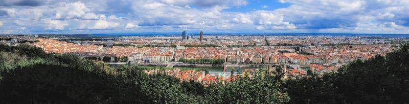 Panoramablick von Lyon und von Rhone von Fourviere-Hügel Schönes Stadtbild am sonnigen Sommertag stockfoto