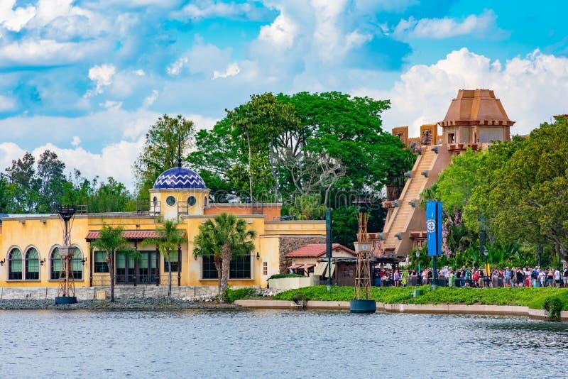 Panoramablick von Maya Pyramid und von mexikanischem Restaurant in Mexiko-Pavillon bei Epcot in Walt Disney World lizenzfreies stockbild