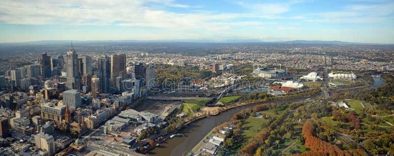 Panoramablick von Melbourne-Stadt, von Yarra-Fluss u. von Sport-Stadien stockbild