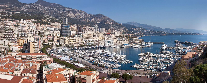 Panoramablick von Monte Carlo in Monaco mit roten Dächern und weißen Yachten Azur-Küste Symbol des Luxuslebens stockfoto