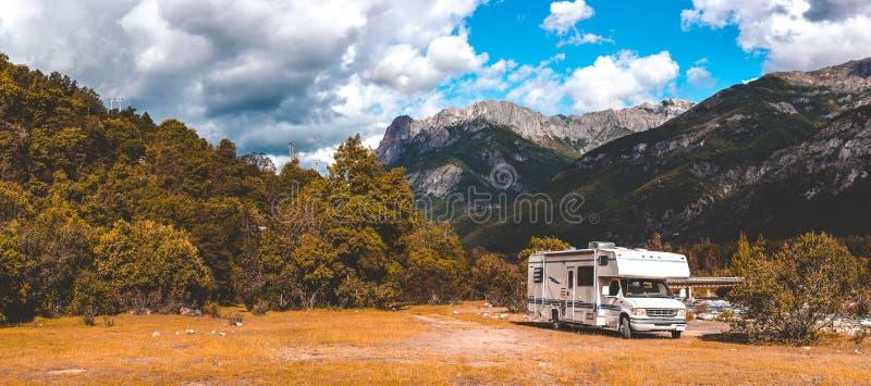 Panoramablick von MOTORHOME RV in der chilenischen Landschaft in Anden Traval Ferien der Familienreise in den mauntains stockfotografie