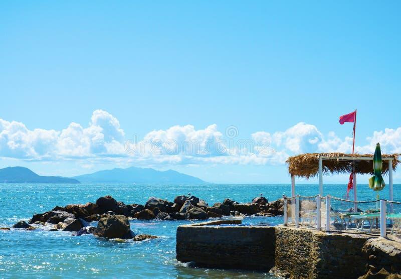 Panoramablick von Piombino, von Livorno, von Felsen und von Meer, Italien lizenzfreie stockbilder