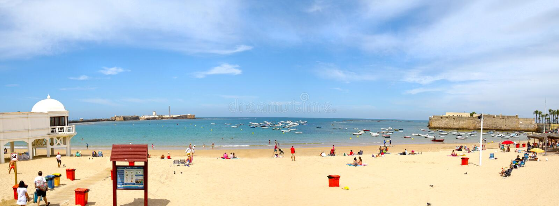 Panoramablick von Playa-La Caleta-Strand in Cadiz, Andalusien spanien Unerkennbare Strand-Geher und Schwimmer Geringfügiges Fass  stockbild