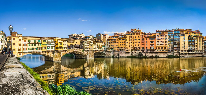 Panoramablick von Ponte Vecchio mit dem Arno bei Sonnenuntergang, Florenz, Italien lizenzfreie stockbilder