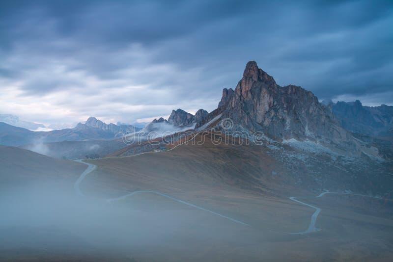 Panoramablick von Ra Gusela-Spitze vor Berg Averau und Nuvolau, in Passo Giau, hoher alpiner Durchlauf nahe Cortina d'Ampezzo stockbilder