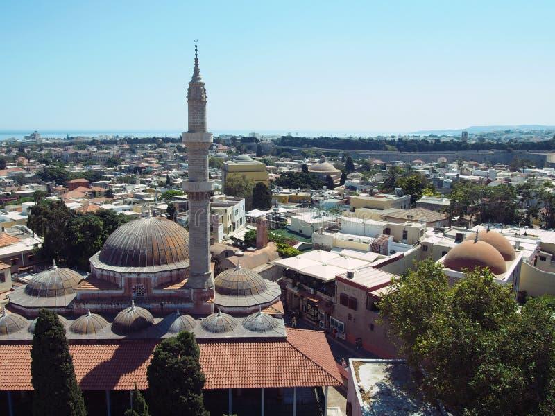 Panoramablick von Rhodos-Stadt das Moscheen- und Stadtzentrum mit mittelalterlichen Wänden zeigend und von Meer auf dem Horizont stockbild