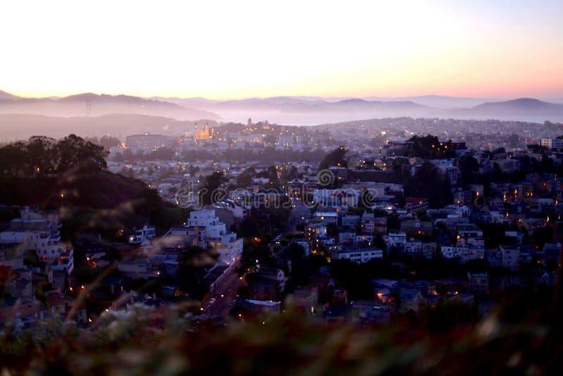 Panoramablick von San Francisco von den Doppelspitzen bei Sonnenuntergang lizenzfreies stockbild