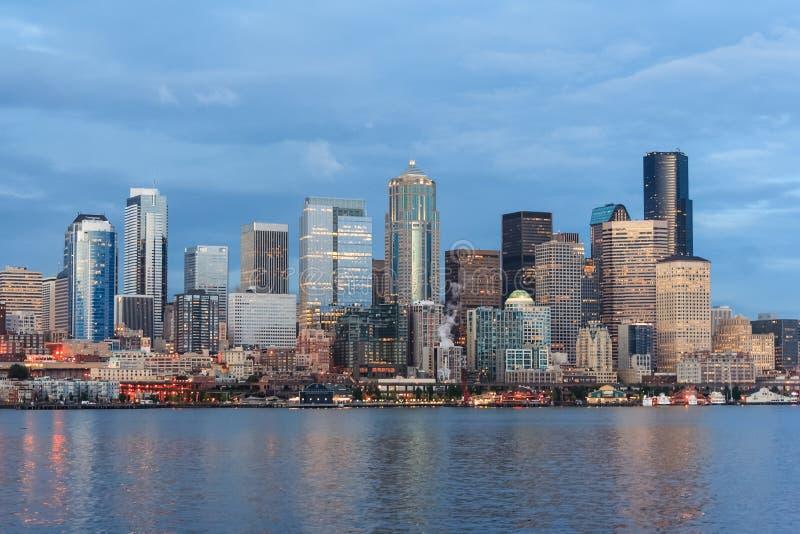 Panoramablick von Seattle-Stadtzentrum und von Raum-Nadel von Puget Sound stockfotos