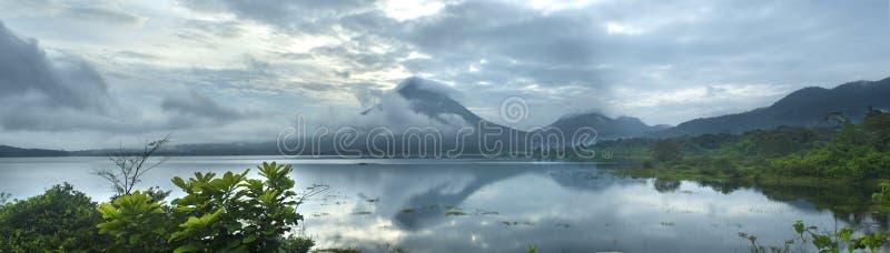 Panoramablick von See Arenal und von Arenal-Vulkan lizenzfreie stockbilder