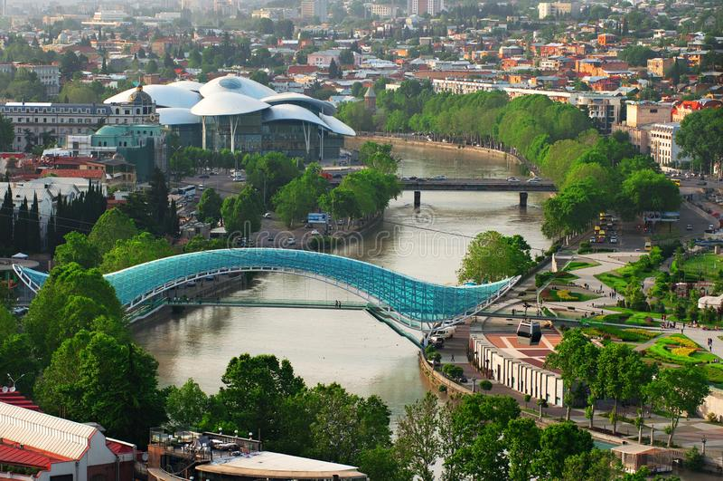 Panoramablick von Tiflis-Stadt von der Narikala-Festung, von der alten Stadt und von der modernen Architektur Tiflis das Kapital  lizenzfreie stockfotografie