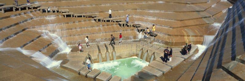 Panoramablick von Touristen in Watergarden-Brunnen in Ft Wert, TX lizenzfreie stockfotos