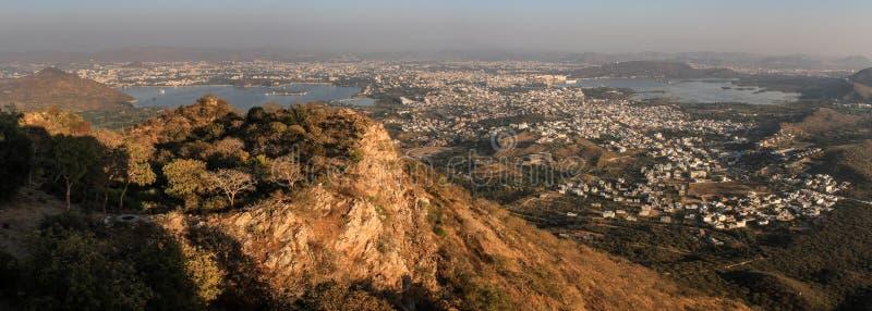 Panoramablick von Udaipur-Stadt, von Seen, von Palästen und von umgebender Landschaft vom Monsunpalast, Udaipur, Rajasthan stockbild