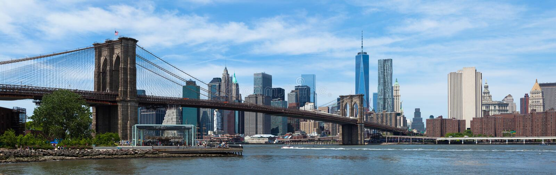 Panoramablick von unterem Manhattan und von Brooklyn-Brücke in neuem Yor stockbilder