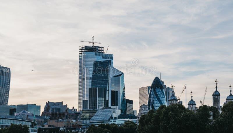 Panoramablick von Wolkenkratzern und von modernen Bürogebäuden der Stadt von London, Großbritannien, während der blauen Stunde stockfotografie