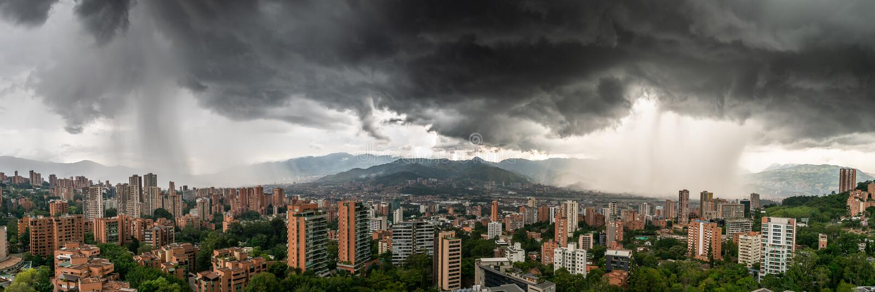 Panoramablick von zwei Duschstürmen, die MedellÃn, in Kolumbien waschen lizenzfreie stockfotografie