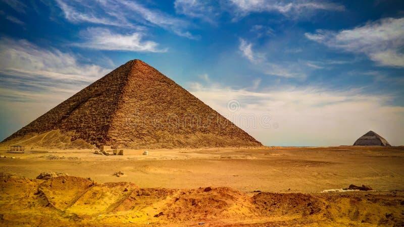 Panoramablick zu Bent Pyramid von Sneferu Pharao und rote Satellitenpyramide bei Dahhsur, Kairo, Ägypten stockbilder