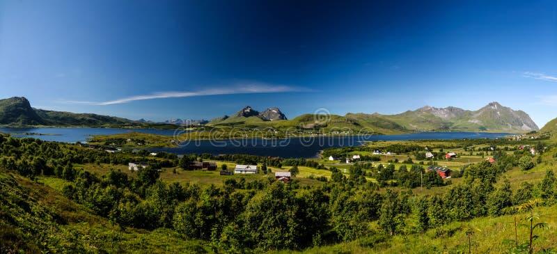 Panoramablick zu Bostad-Dorf und zu Borgpollan-Fjord von Torvdalshalsen-Standpunkt in Vestvagoy-Insel, Lofoten, Norwegen lizenzfreie stockfotos