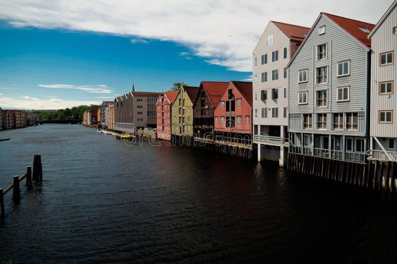 Panoramablick zu Nidelva-Fluss und zu den Pfahlhäusern, Trondheim, Norwegen stockfotografie
