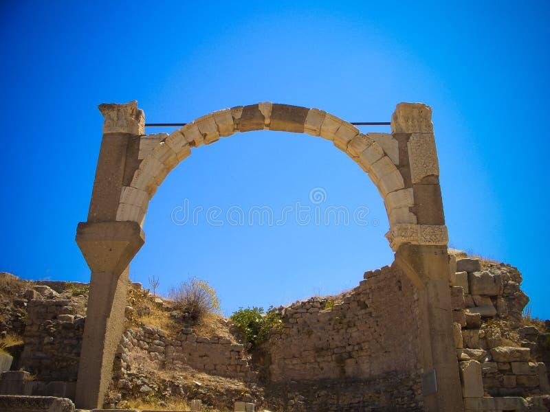 Panoramablick zum Ephesus-Ruinenbogen, die Türkei stockfotografie