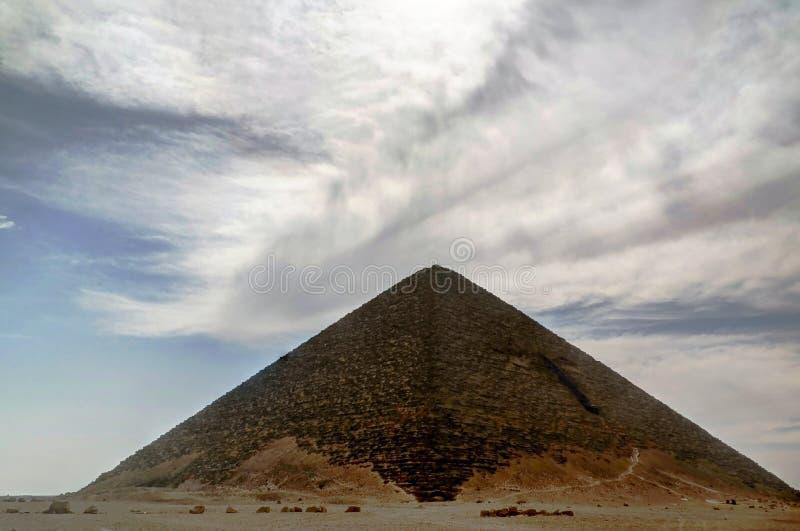 Panoramablick zur roten Satellitenpyramide von Bent Pyramid von Sneferu Pharao, Dahshur, Kairo, ?gypten stockbild