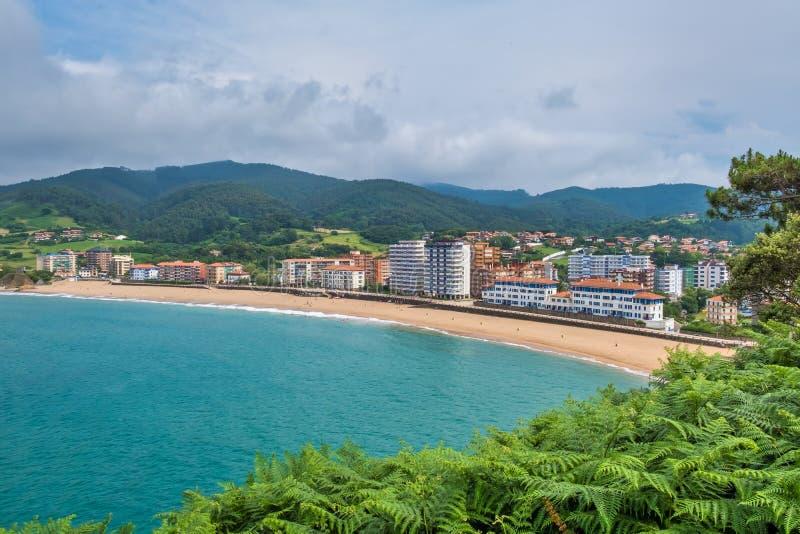 Panoramac sikt av stranden i Bakio royaltyfria foton
