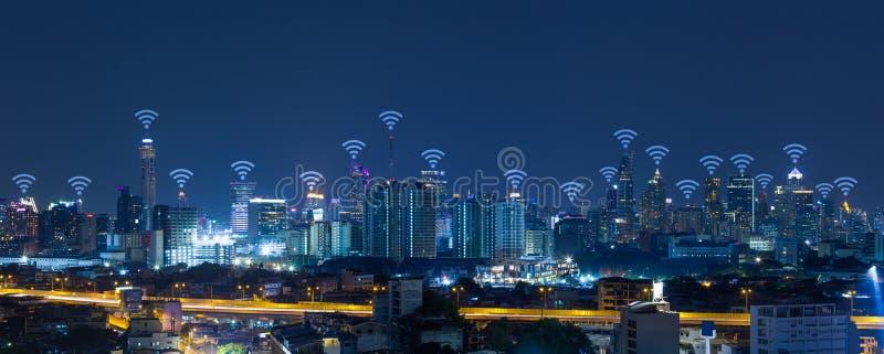 Panoramacityscape met de verbindingsconcept van het wifinetwerk stock afbeeldingen