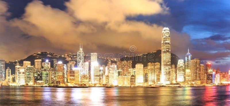 Panoramacityscapehorisont på natten i Hong Kong royaltyfria foton