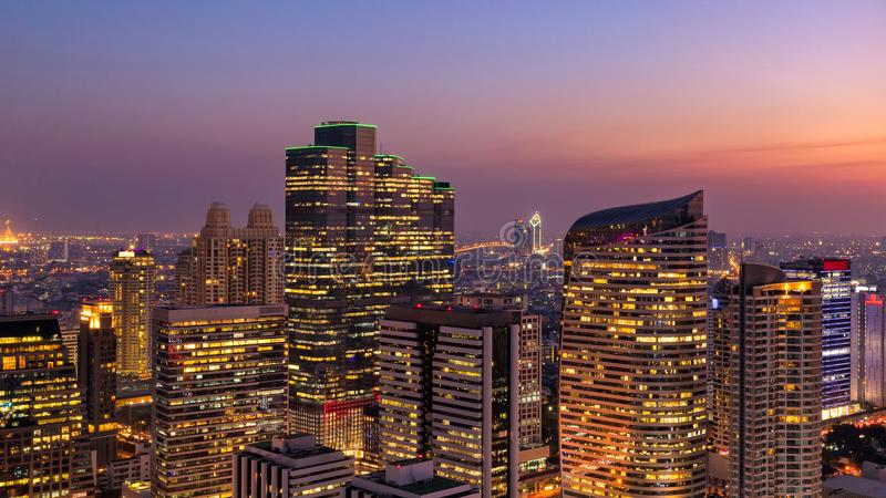 PanoramaCityscapesikt av byggnad för Bangkok modern kontorsaffär i affärszon royaltyfria foton