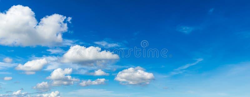 Panoramacloudscape i bluesky bakgrund royaltyfria bilder