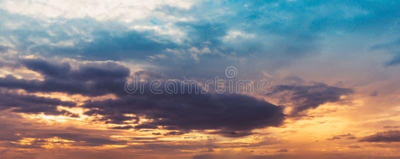 Panoramadämmerungshimmel- und Wolkenmuscheltonfarbe stockbild