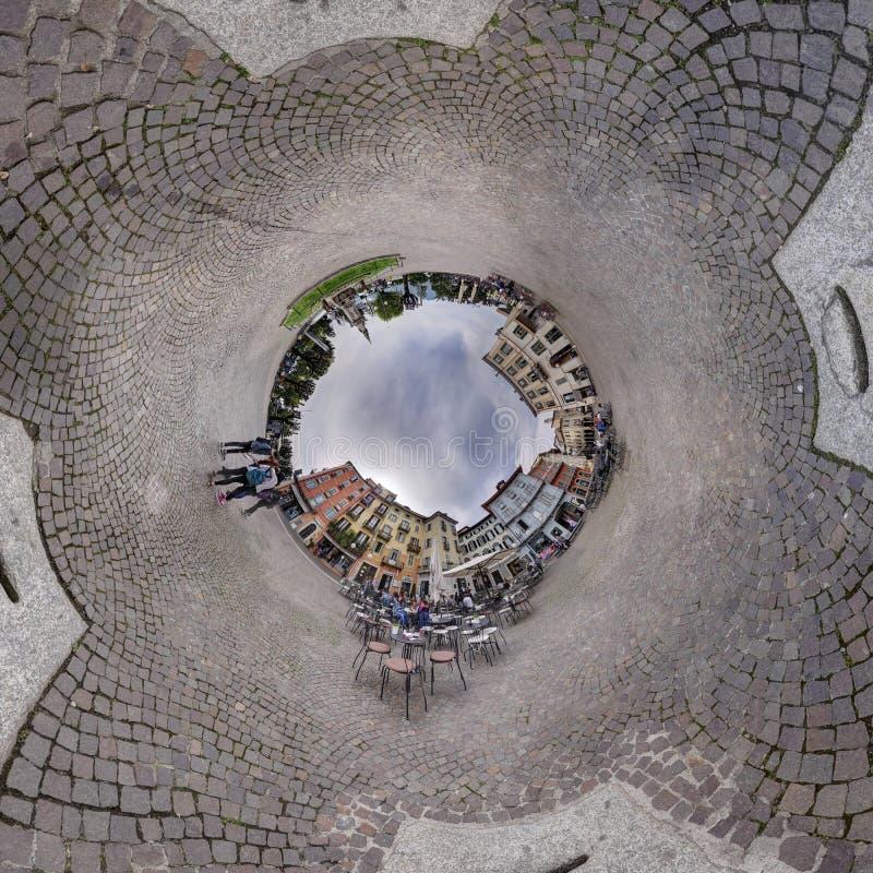 Panoramadorfplatz, der herum Ballloch des bewölkten Himmels kennzeichnet stockfoto