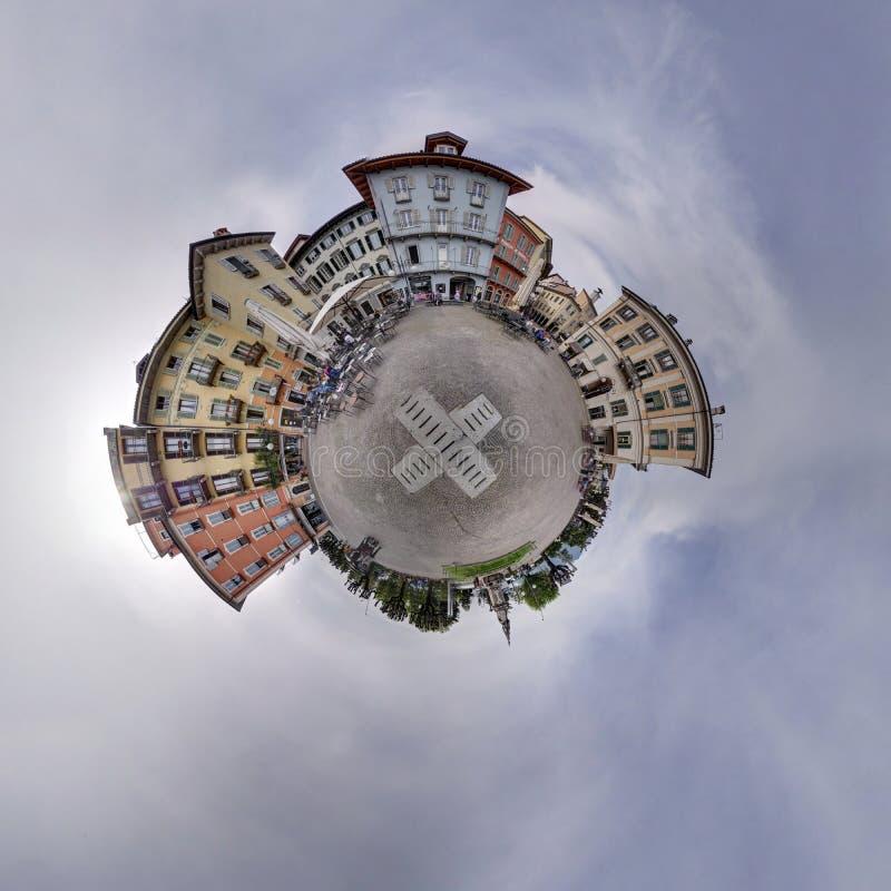 Panoramadorfplatz, der herum Ballloch des bewölkten Himmels kennzeichnet lizenzfreie stockbilder