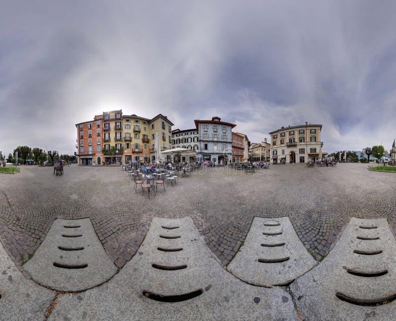 Panoramadorfplatz, der herum Ballloch des bewölkten Himmels kennzeichnet lizenzfreies stockbild