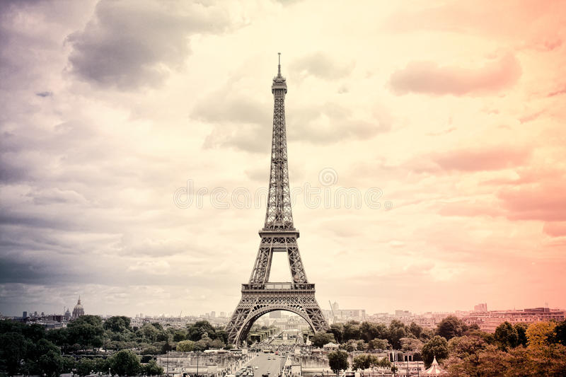 PanoramaEiffeltorn i Paris i färgerna av den franska nationsflaggan Tappning Turnera Eiffel gammal retro stil royaltyfria bilder