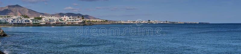 Panoramafärgbild av Playa Blanca i Lanzarote royaltyfri bild
