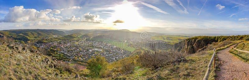 Panoramafoto der untergehenden Sonne von der Bergspitze in schlechtem MÃ-¼ nster morgens Stein, Deutschland - klein lizenzfreie stockfotografie