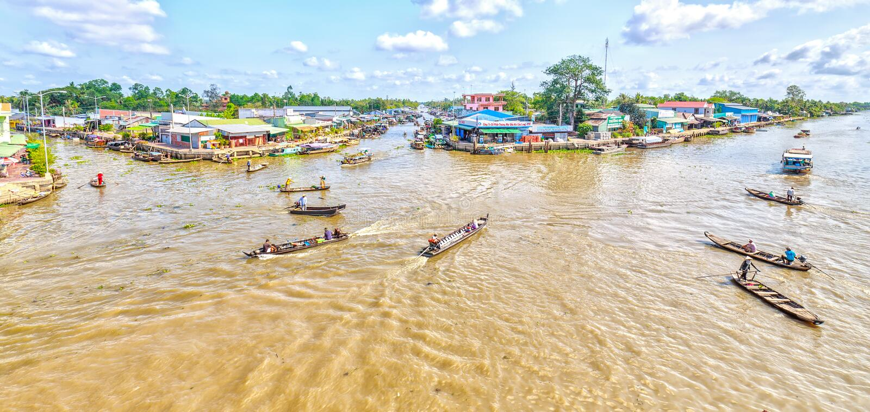 Panoramahörn som svävar marknaden i den Hau floden arkivbilder